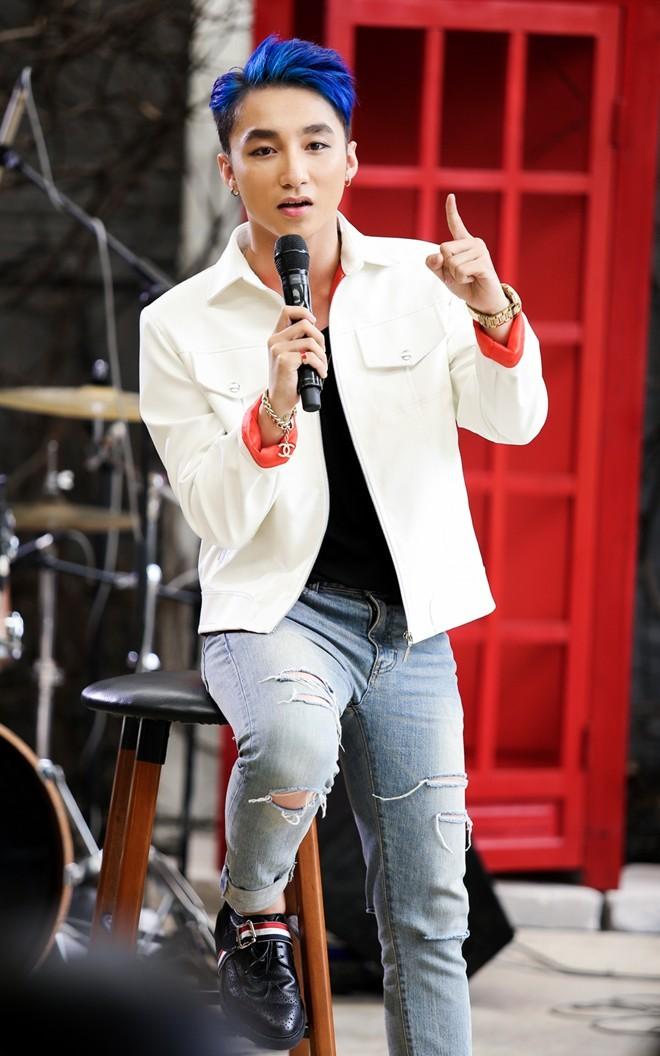 Theo đó, vào chiều ngày 4.8 vừa qua, Sơn Tùng MTP và ekip đã mời khoảng 50  fan hâm mộ may mắn tới dự buổi ghi hình ra mắt ca khúc mới ...