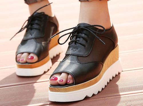 Những kiểu giày platform khiến giới trẻ mê mẩn