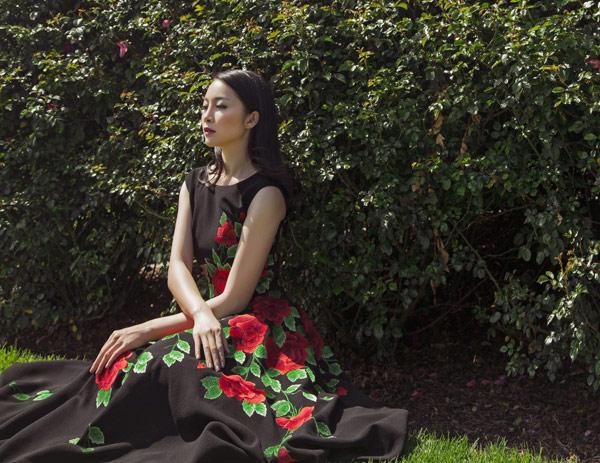 Linh Nga quý phái với váy hoa hồng thêu tay 2