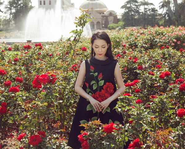Linh Nga quý phái với váy hoa hồng thêu tay 3