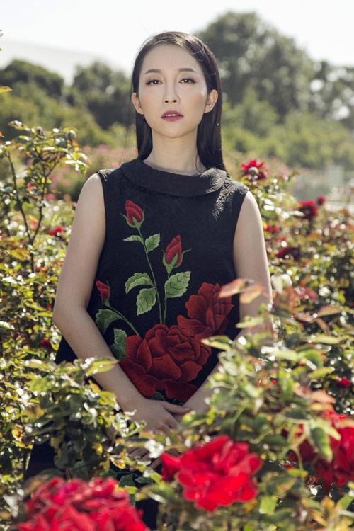 Linh Nga quý phái với váy hoa hồng thêu tay6