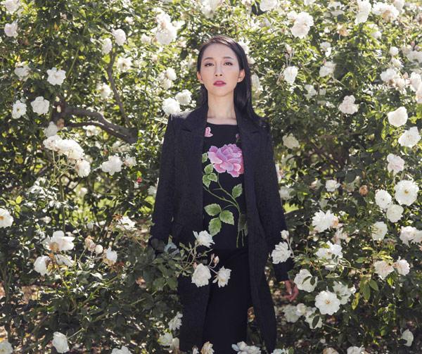 Linh Nga quý phái với váy hoa hồng thêu tay 12