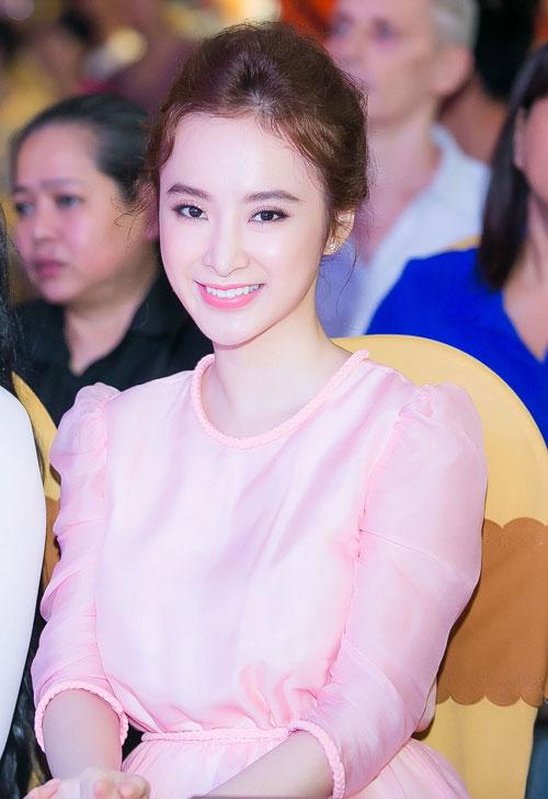 Những chiếc váy thanh lịch và kín đáo của Angela Phương Trinh
