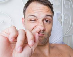Thói quen ngoáy mũi gây hại như thế nào?