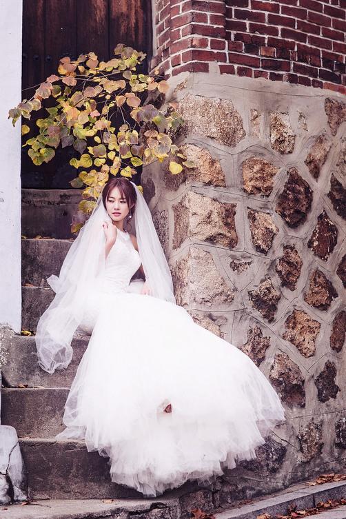 Ngọc Trinh và Linh Chi diện váy cưới sexy khoe vòng 3 căng tròn 9