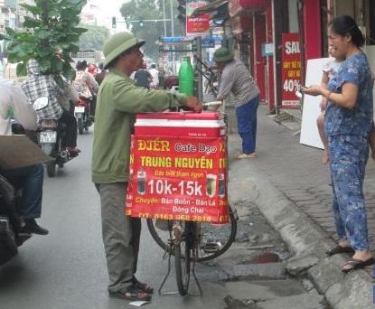 Từ ly cà phê của người Việt đến nghĩa địa khoảng cách rất gần