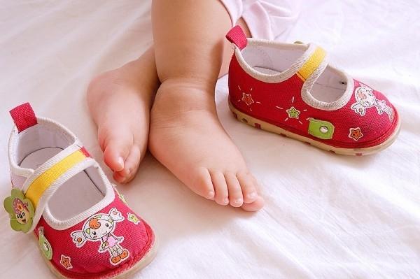 Sai lầm tai hại của mẹ khi mua giày cho con