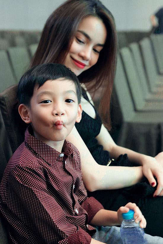Vbiz 20/4: Bạn trai cô dâu 8 tuổi bức xúc, Hà Hồ về bên Subeo 6