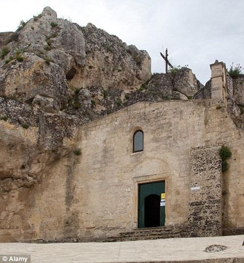Kỳ lạ thị trấn sống ở hang đá 9.000 năm tuổi, không điện nước