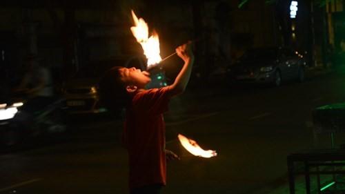 Bé trai 7 tuổi bỏng nặng vì bắt chước siêu nhân phun lửa