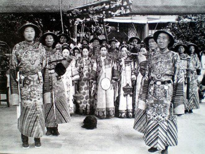Bức ảnh Từ Hy Thái Hậu cùng các thái giám.