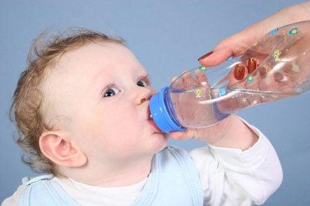 Cho bé uống nước như thế nào là đủ ?
