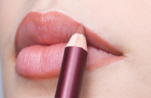 Bí quyết trang điểm cho cô nàng môi dày trở nên quyến rũ