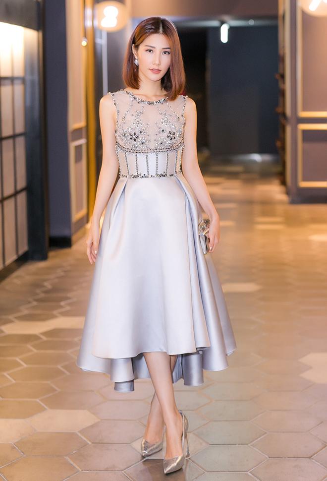 Kiểu váy xòe với phần ngực được tạo điểm nhấn bằng vải voan và đính đá giúp bạn nhìn sang chảnh hơn rất nhiều