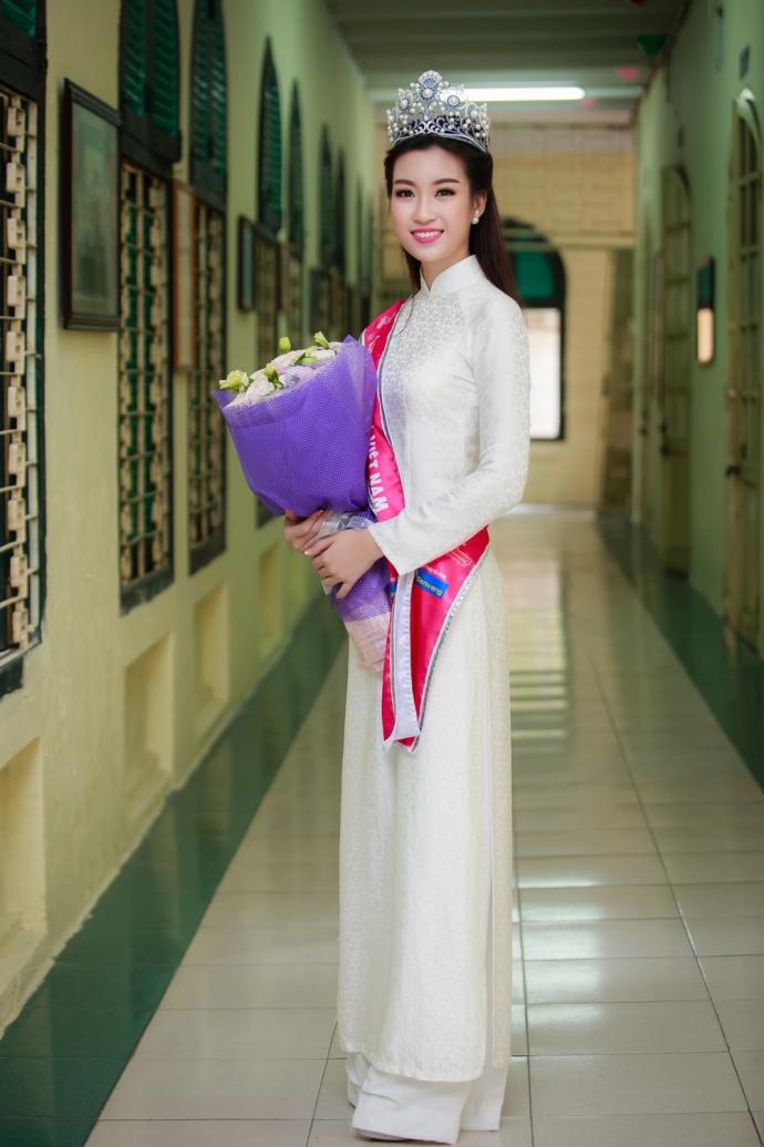 Hoa hậu Đỗ Mỹ Linh diện gì trong ngày 'vinh quy bái tổ' ở trường? - Ảnh 2
