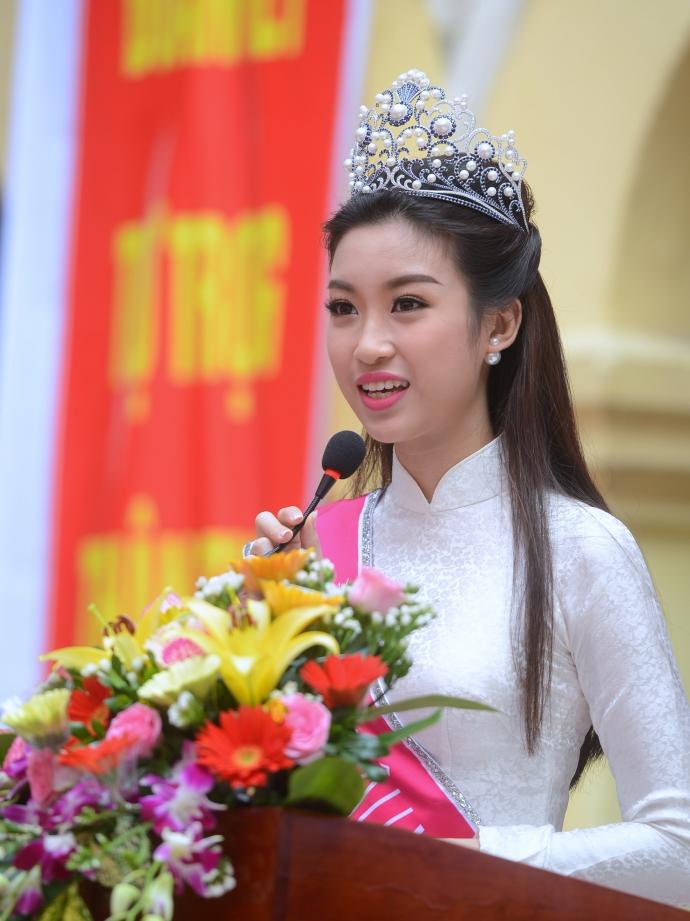 Hoa hậu Đỗ Mỹ Linh diện gì trong ngày 'vinh quy bái tổ' ở trường? - Ảnh 3