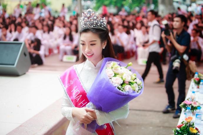 Hoa hậu Đỗ Mỹ Linh diện gì trong ngày 'vinh quy bái tổ' ở trường? - Ảnh 4