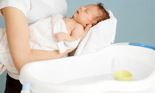 Vài điều các mẹ nên nhớ khi tắm cho bé