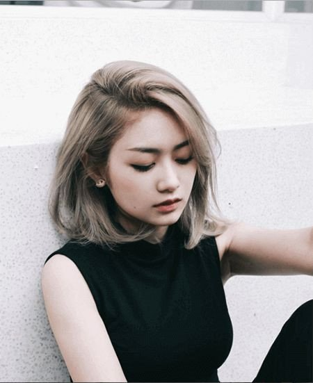 Tóc ngang mái lệch: Nếu thích tóc mái cùng độ dài với tóc, phái đẹp nên ứng dụng kiểu mái lệch 6-4 hoặc 7-3. Tóc ngang mái lệch đẹp hơn khi bồng bềnh, gợn sóng nhưng không xoăn. Để tạo kiểu này, bạn gái nên uốn lọn lớn, hoặc chải tóc cúp, sau đó dùng lược và máy sấy để chải phồng chân tóc.