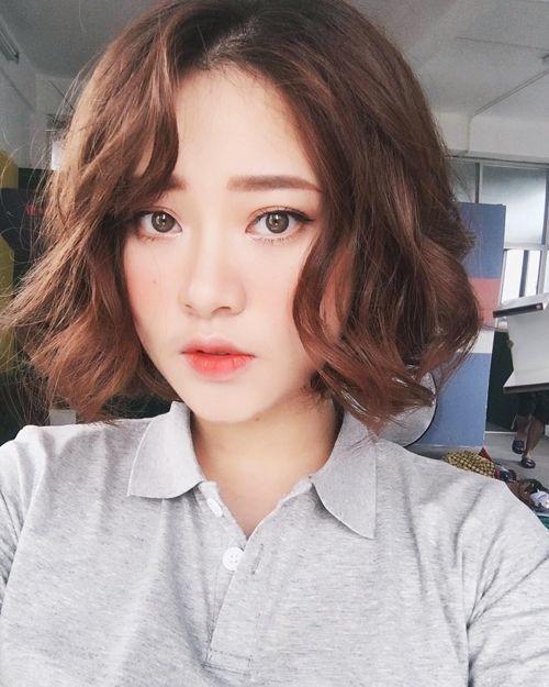 Tóc ngang uốn xoăn: Kiểu tóc uốn xoăn này được đánh giá là thịnh hành nhất trong những tháng đầu năm 2018. Mái tóc ngang được nhuộm sáng, uốn xoăn với những lọn tóc bồng bềnh, giúp tôn lên đường nét cho gương mặt. Điểm cộng cho kiểu tóc ngang uốn xoăn là phù hợp với mọi gương mặt.