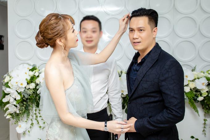 Mặc dù bận rộn đón tiếp các vị khách mời nhưng thi thoảng Quế Vân vẫn quan tâm chỉnh lại tóc cho người bạn.
