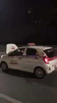 Tài xế taxi bị lật nắp cabo vẫn phóng xe bất chấp nguy hiểm